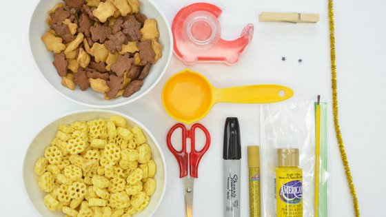 It's always fun to have a little snack ready for the kids. Buzzing Bee Snack Bags are creative, delicious, and simple to put together. #snacks #beesnackideas #classroomsnacks #kids | Classroom Snack Ideas | Easy Snack for kids | Creative Snacks for kids | Bee Snack Ideas | Bee Inspired Activities