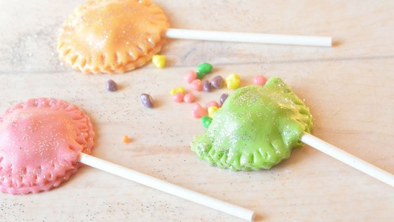 These Sparkly Tootsie Roll Surprise Pops are adorable and taste delicious. No kid or adult will turn down these delicious surprise pops! #surprisefood #tootsierolls #suckers #candy | Candy Recipe | Sucker Recipe | Surprise Food | Tootsie Roll Recipes
